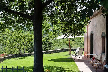 Pink retreat amongst vineyards with sea&Etna view - Zafferana Etnea - Huis