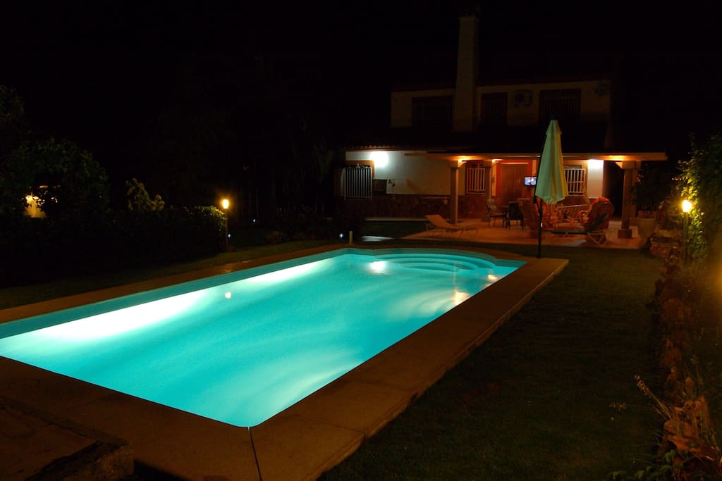 Chalet con gran sal n magn fico jard n y piscina for Piscina climatizada caceres