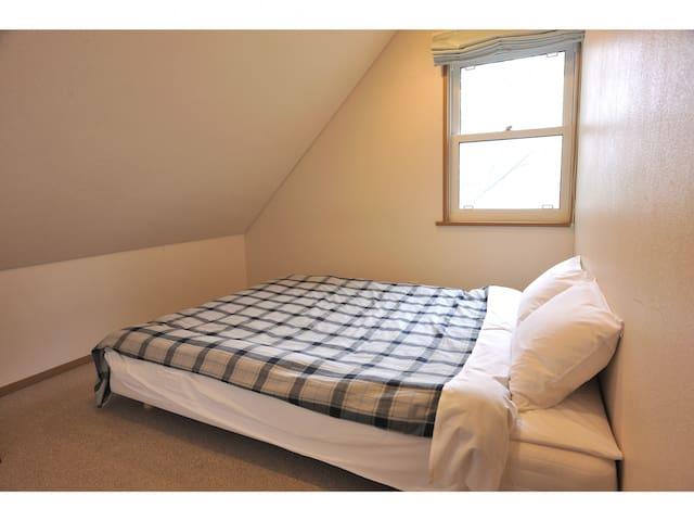ダブルベッドのある寝室は山小屋の気分が味わえます。