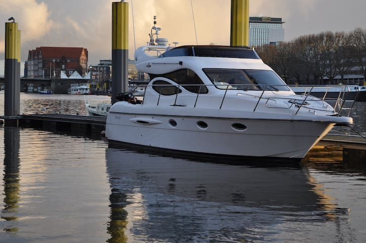 Luxus Yacht Lady Jane in der City von Bremen