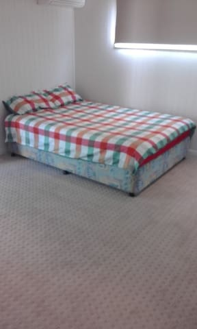 Large Room, Queen Bed, Close to Mitchelton Train