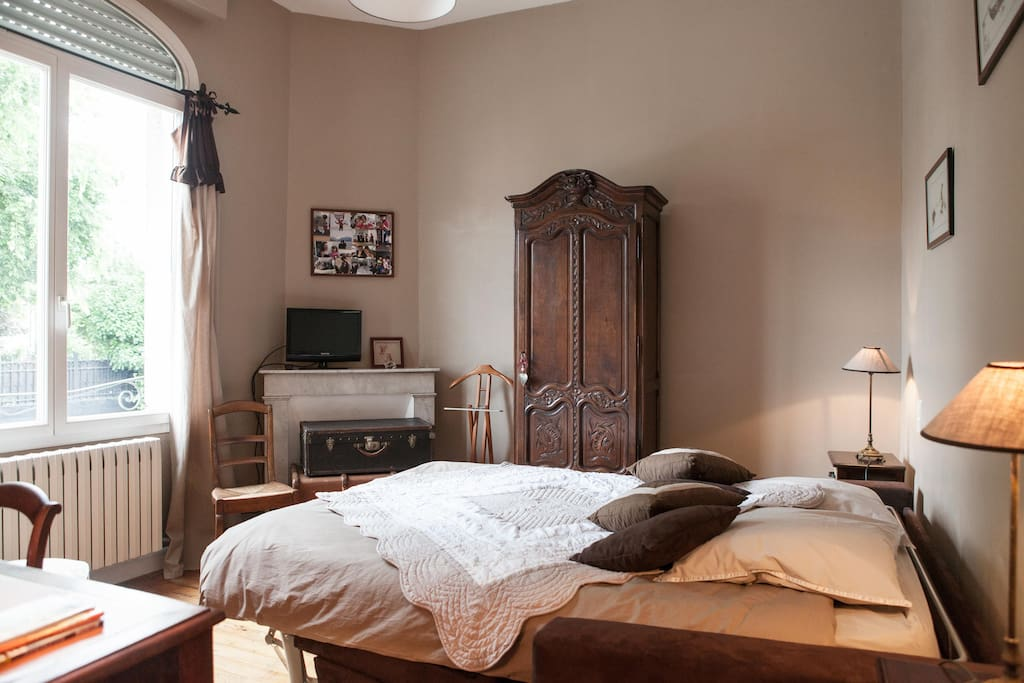 nice room in typical bordeaux house bed and breakfasts for rent in b gles aquitaine france. Black Bedroom Furniture Sets. Home Design Ideas