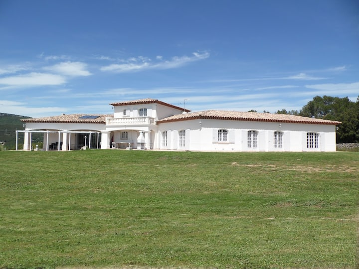 Villa 12 guests over 3.7 ac + pool in Provence
