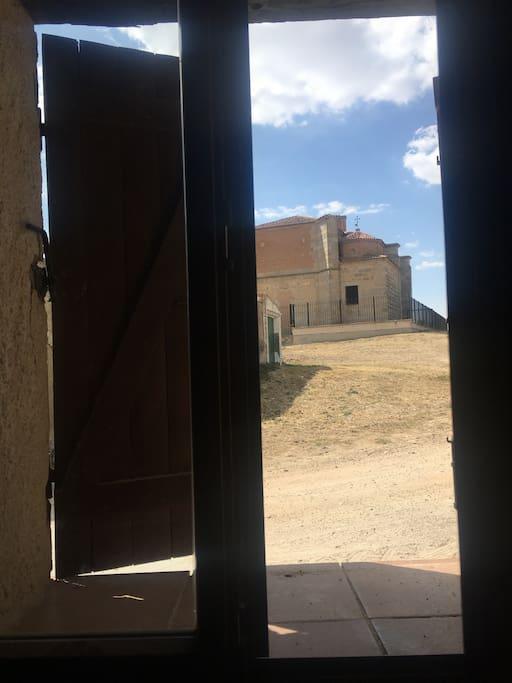 La iglesia, desde la ventana