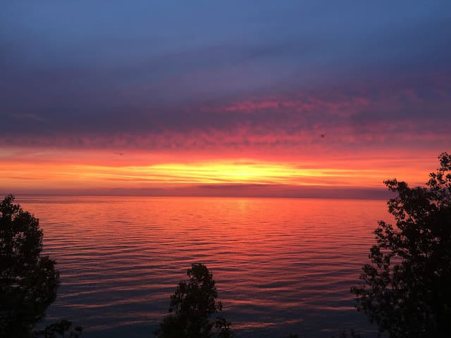 Secluded Lakefront Views @ Sunset Daze Cottage