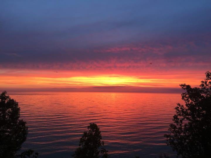 Secluded Lakefront Views @ Sunset Daze Cottage