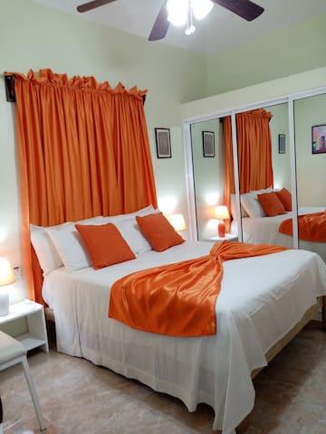 Habitación principal con baño exclusivo, aire acondicionado, abanico de techo