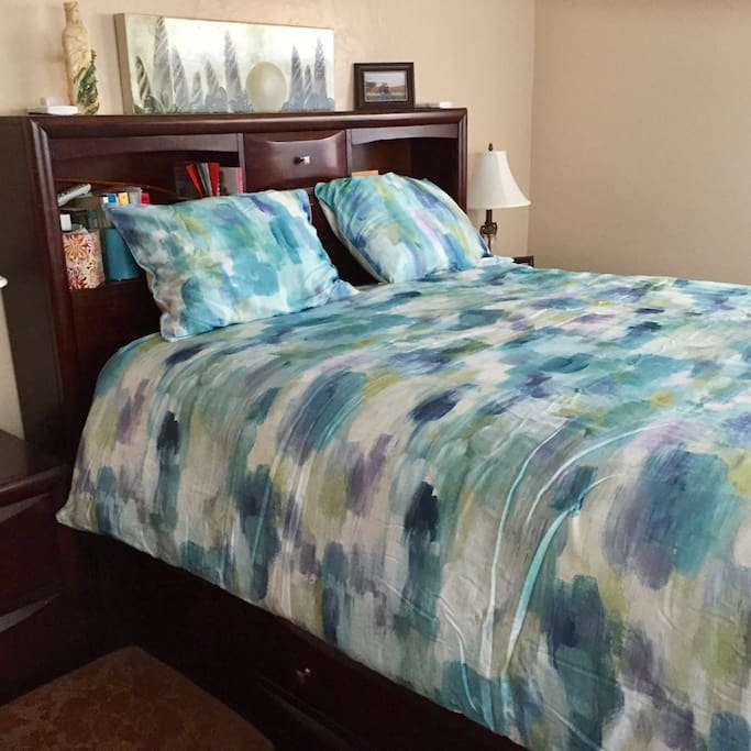 Queen bed, large room with sitting area large closets