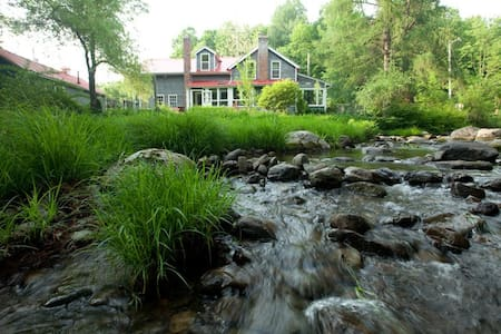 Hear the creek singing from the bedroom. - East Nassau - Hus