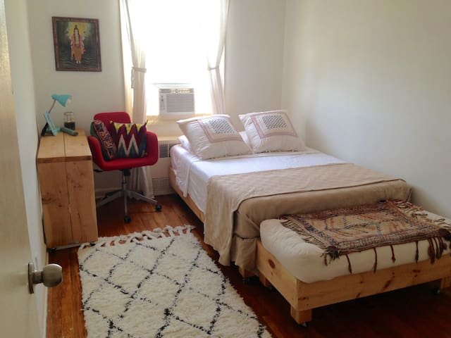 Sunny & Budget Friendly - Brooklyn - Hus