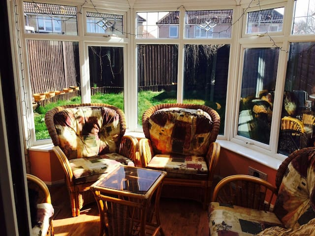 Small double room to rent - Feltham - Talo