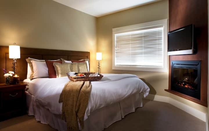 1-bedroom suite perfect for couples | No Service Fee