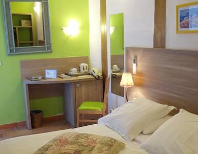 Chambre et salle de bain avec terrasse, plateau d'accueil thé et café