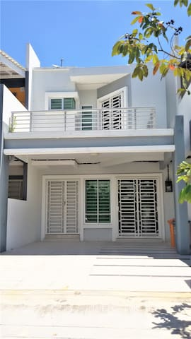 Type : Double Storey House Car porch large enough to accommodate 2 cars at the same time.