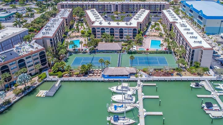 Immaculate and conveniently located unit in Waterfront Island Resort