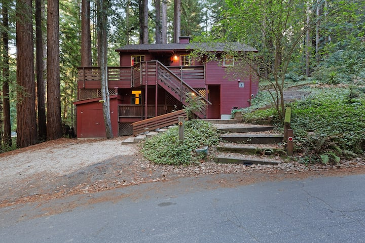 Private, relaxing retreat in the redwoods w/ a private deck & BBQ