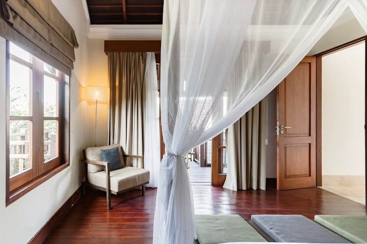 выход на балкон в верхней спальне