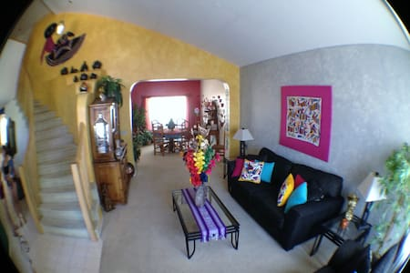 Nice, quiet, clean, comfortable room -a nice home. - Oro Valley