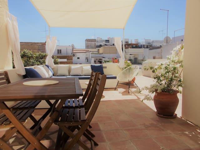 Excelente terraço com cerca de 40 m2, com exposição solar nascente/poente , bastante acolhedor para fim de tarde em ambiente descontraido e confortável. Com BBC