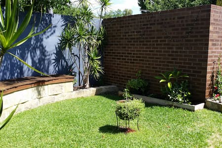 Renovated villa with private garden - Victoria Park