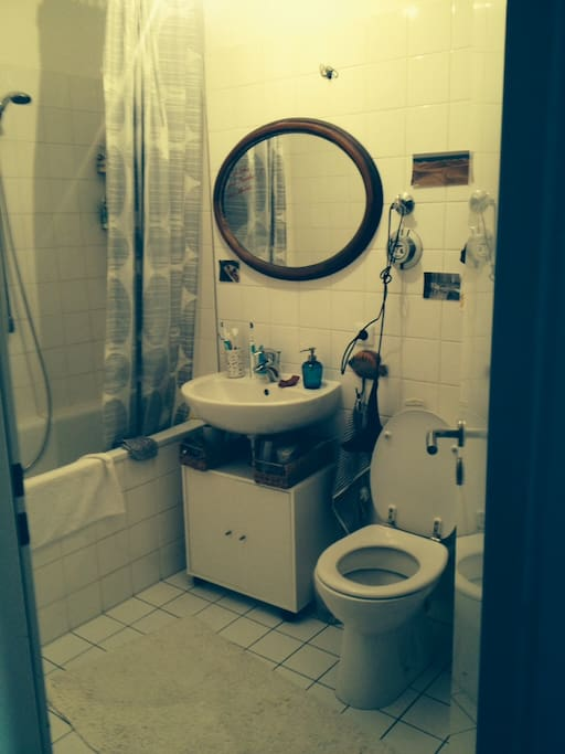 Das Bad is relativ neu renoviert, verfügt über eine Badewanne und eine Waschmaschine