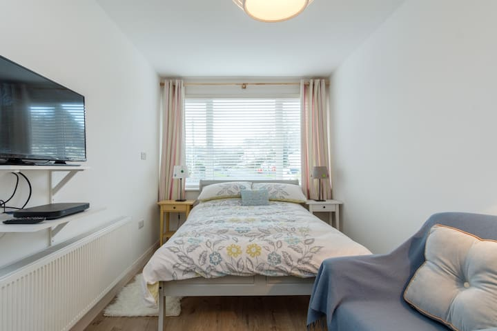 Cosy double bed & ensuite with private entrance