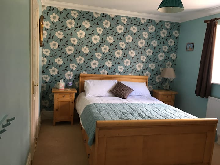 Great kingsized bedroom/en-suite in Four Marks