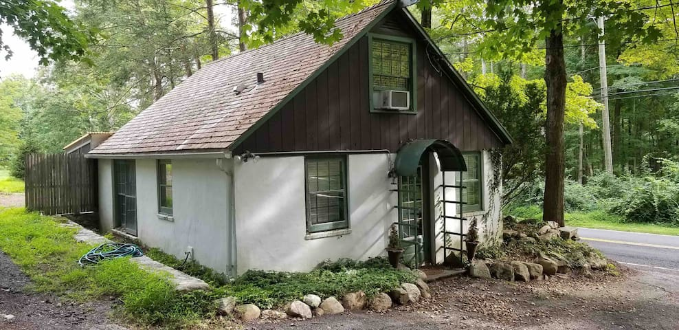 Charming 1 bedroom cottage with screened porch