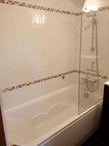 Grande baignoire avec colonne de douche thermostatique (1er)