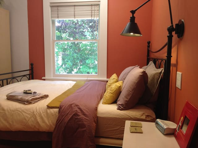 .Downtown Spacious Terracotta Private Bedroom