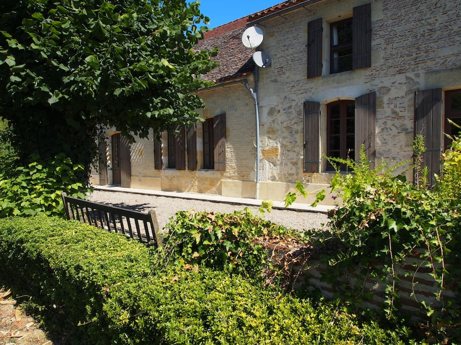 Beautiful 300 year old farmhouse and cottage on the banks of the Dordogne river near Bergerac