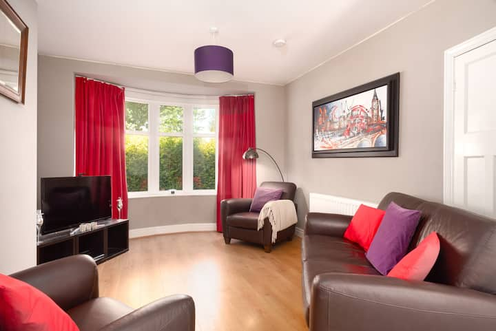 Bright, comfy & homely base for 4 & free parking!