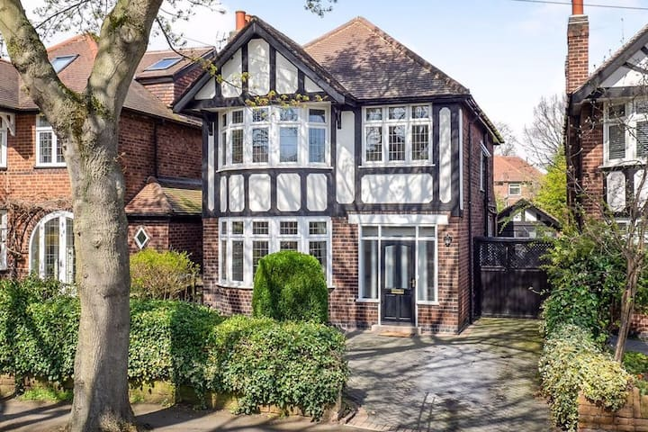 Entire Detached Family House in Wollaton Park