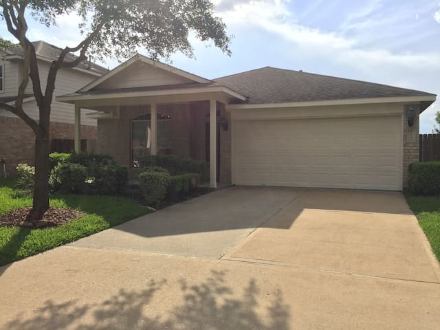 Lovely Katy Home (3BR/2B) - Fantastic Location