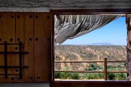 2 Cueva Alcaraván 2 a 5 pax vistas a Sierra Nevada.