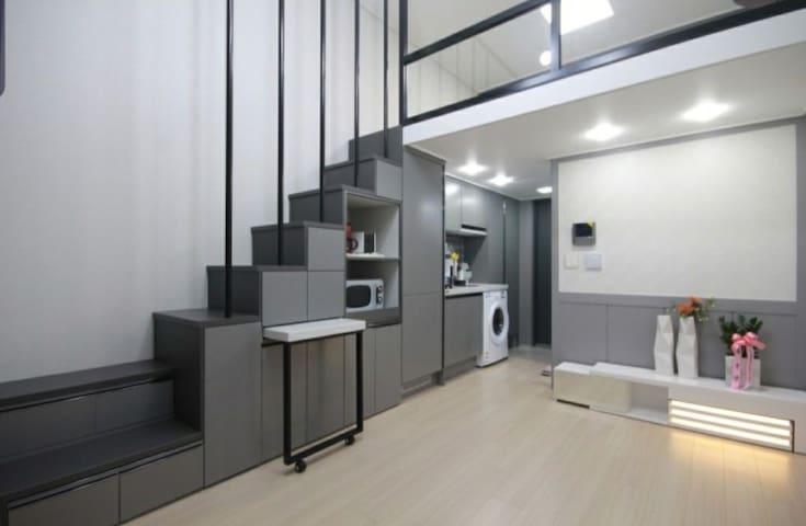 저희 집은 복층구조의 깨끗한 신축 건물이구요! 유리창이 크고 앞에 건물이 없어 최고에요!