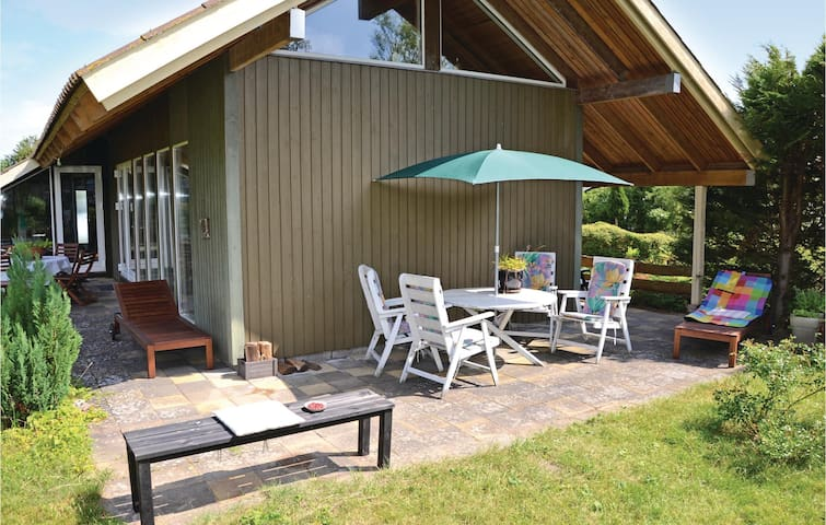 Holiday cottage with 2 bedrooms on 65 m² in Dronningmølle