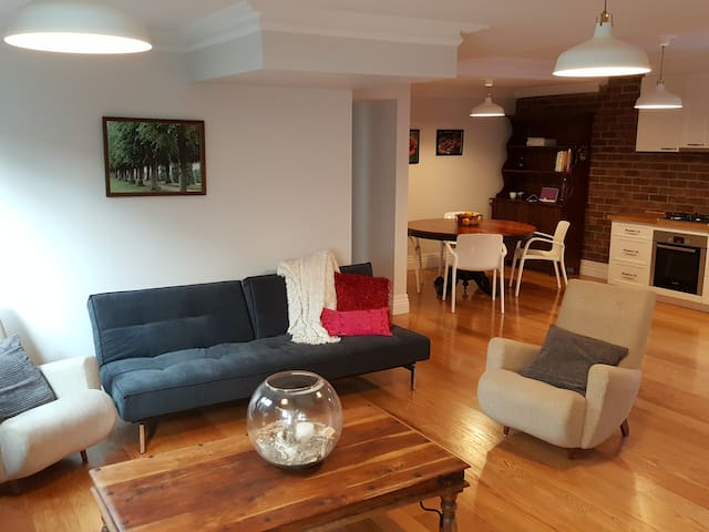 Cosy, European inspired private accommodation! - Greenslopes - Apartment