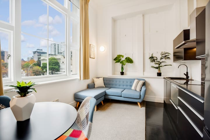 ★ Newly Renovated Bright Stylish 2 BR Central ★