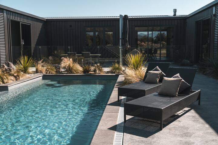 Luxury Secluded Studio with Pool in Wanaka