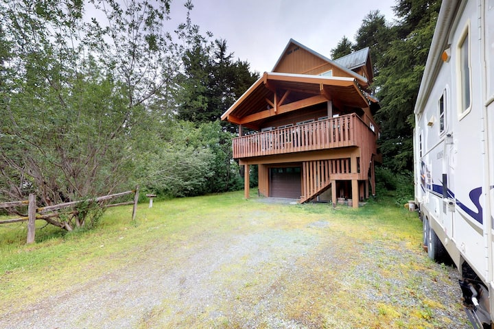 Dog-friendly chalet w/ jetted tub and quiet location, close to the ocean