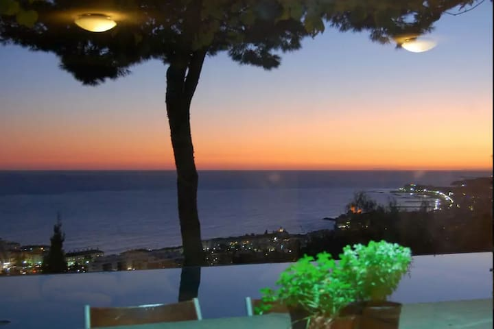 Amazing Villa with sea views/ 20min from Barcelona - Cabrils - Дом