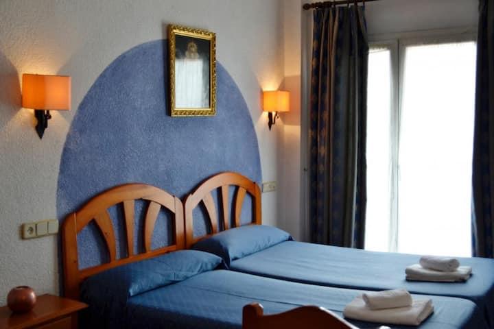 Alojamiento Rocio Doñana Hotel Puente del Rey - Triple. 3 camas individuales. Baño privado - Tarifa estandar (opcion supletoria)