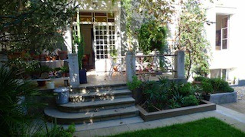 Chambre indépendante dans agréable maison de ville