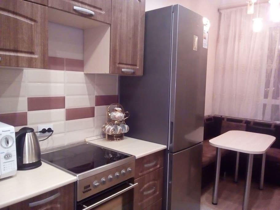 На кухне есть вся необходимая посуда: кастрюля, набор тарелок, вилок, ложек и ножей. Набор для чая и кофе. Бокалы для вина.