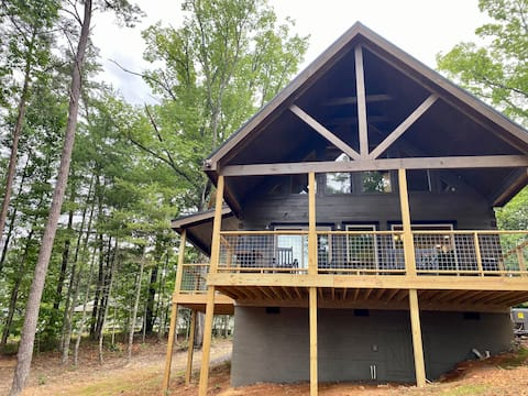Beautiful NEW 2-BR cabin with loft and great deck!