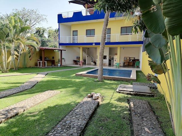 Casa con alberca cerca de la playa Miramar
