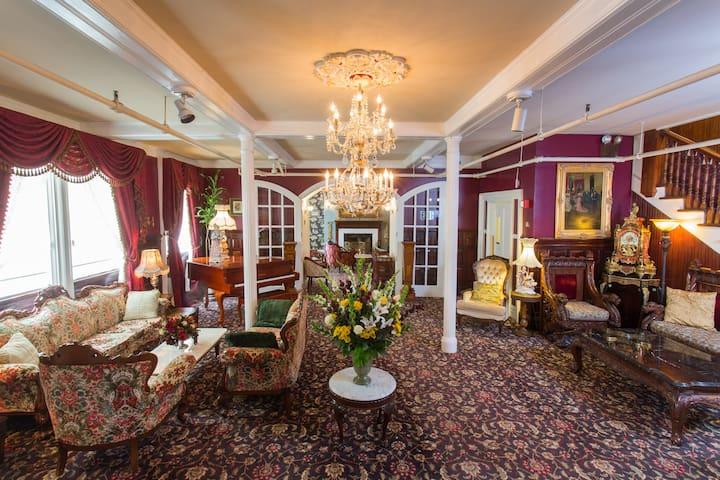 Queen Anne Hotel, Victorian King