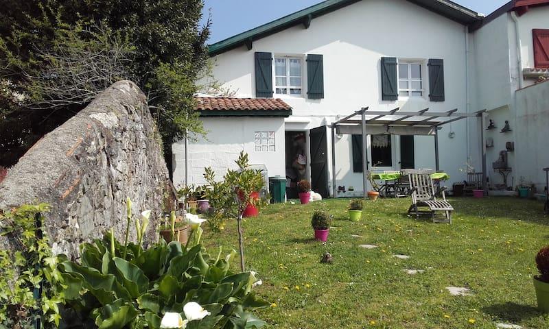 Maison Basque centre du Bourg - Mouguerre - Huis