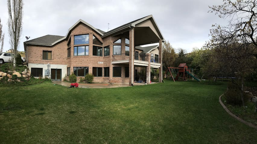 7,000 SF! In the hills above SLC - Up to 38 Guests - Bountiful - House